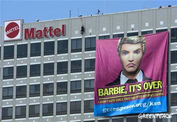 """""""Ken"""" dolls unfurl a giant banner on Mattel headquarters in California."""", Quelle; http://www.greenpeace.org"""