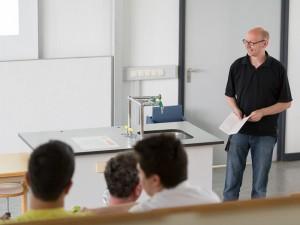 Studiengangskoordinator Prof. Dr. Thomas Pleil unterrichtet aktuell im PR-Schwerpunkt. Foto: h-da/Steven Wolf