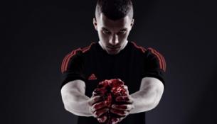 """© Adidas Lukas Podolski mit einem blutigen Rinderherz für die Kampagne """"All In Or Nothing"""" von Adidas"""