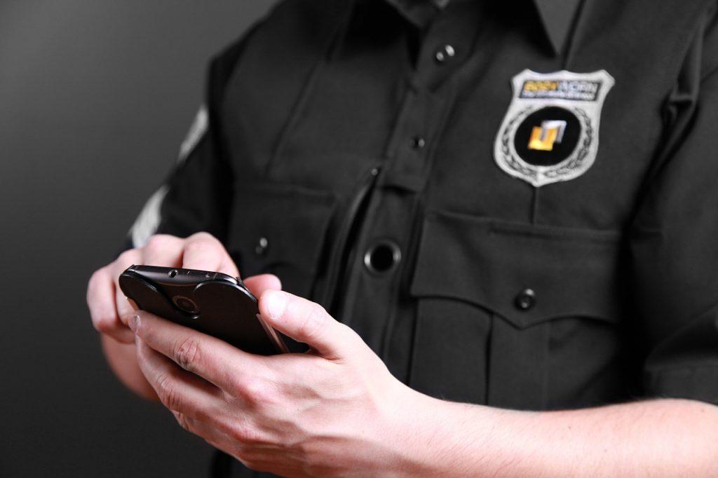 Polizist am Smartphone