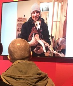 Konrad Langerzusammen mit dem Hund seiner Freundin