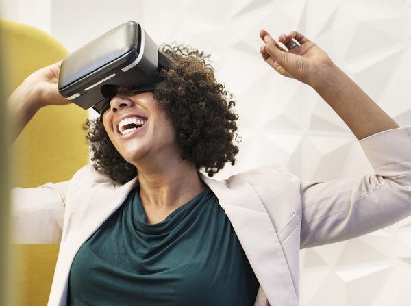 Eine Frau trägt eine VR-Brille.